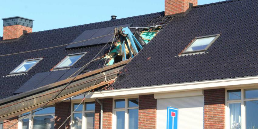 Heistelling dwars door dak van woning gevallen in Vlaardingen