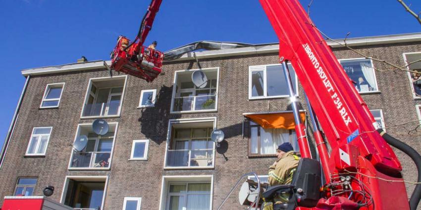 Storm rukt deel dakgoot van flat in Vlaardingen