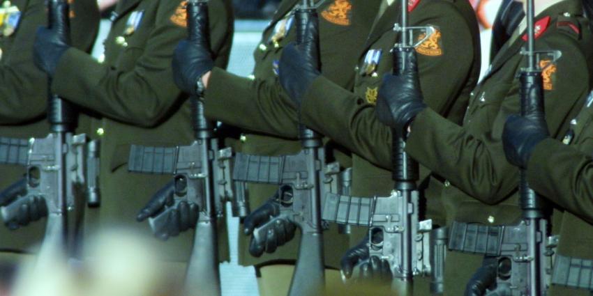 'Defensie maakt militairen licht ontvlambaar'