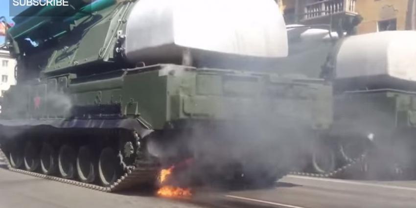 Tank met een BUK-instalatie vat vlam tijdens militaire parade in Moskou