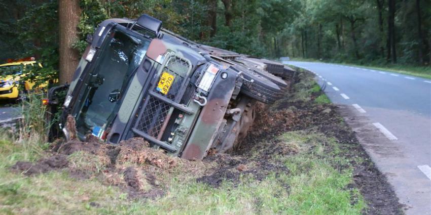 Vrachtwagen defensie raakt van de weg