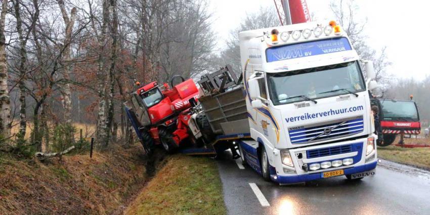 Zware vrachtwagen raakt in greppel bij Drentse Papenvoort
