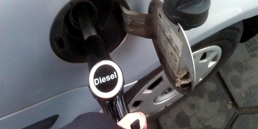 Foto van tanken diesel in auto | Archief EHF