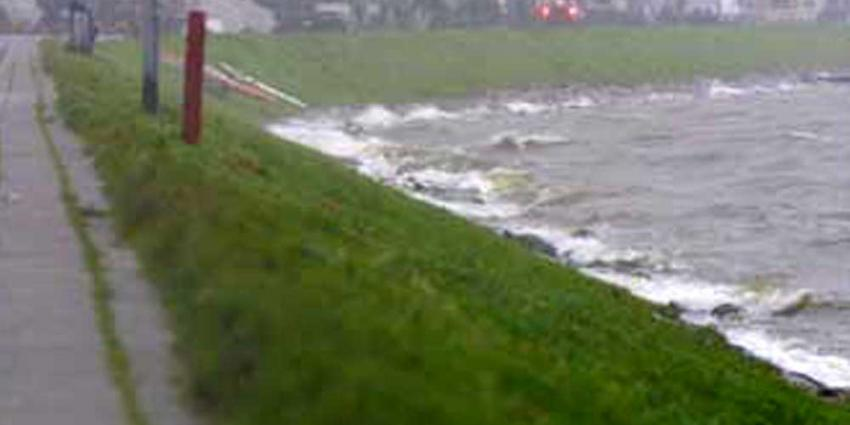 Wateroverlast in regio Rotterdam, dijkbewaking bij Delfzijl