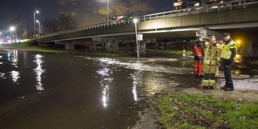 Gat in dijk Rotterdam veroorzaakt veel wateroverlast