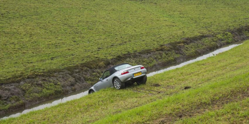 Auto rijdt dijk af in Vlaardingen