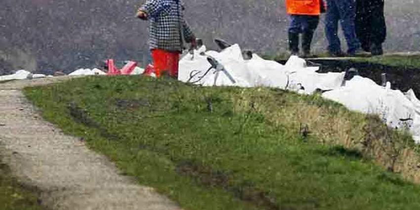 Gat in dijk gegraven van de Maas bij Brakel