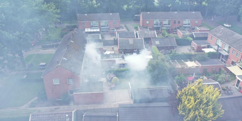 Dronebeeld van schuurbrand