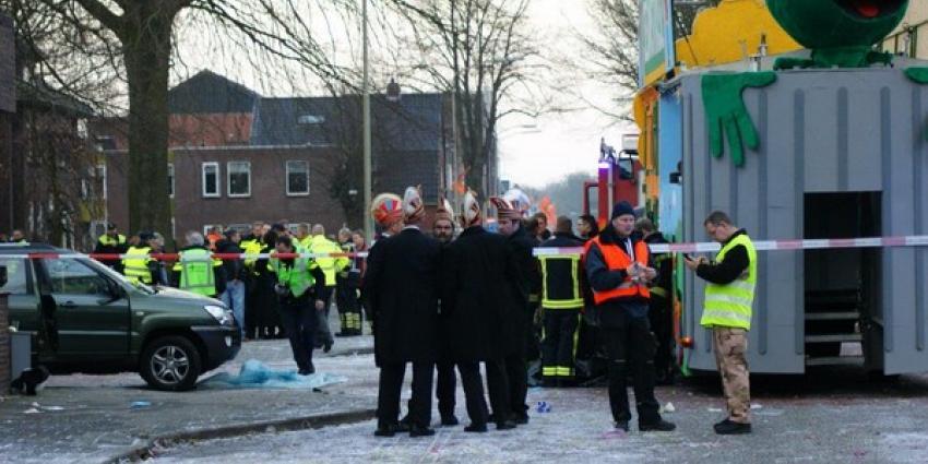 Auto rijdt in op praalwagen in Ter Apel: 33-jarige vrouw komt om het leven
