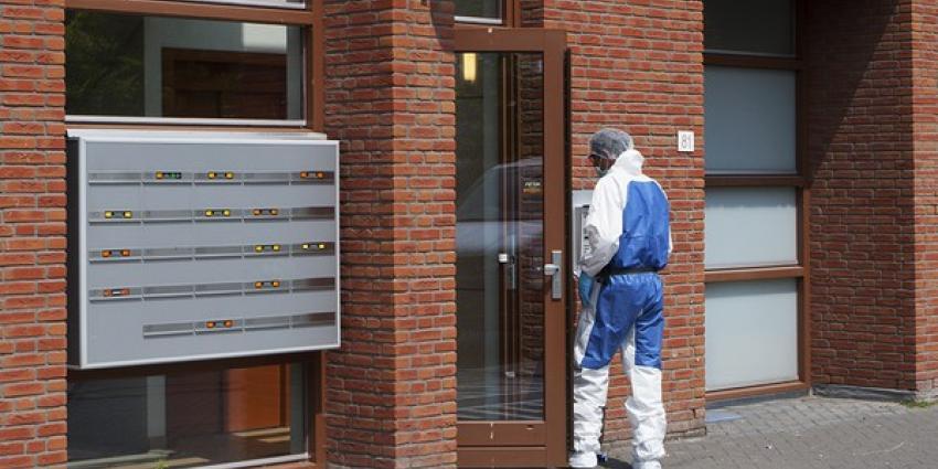 Foto van onderzoek dode man | Persburo Sander van Gils | www.persburausandervangils.nl