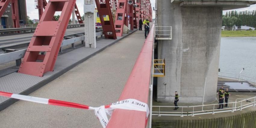 Man overleden na val van brug