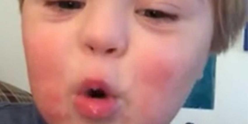 Aandoenlijke video van down-peuter die alfabet opzegt