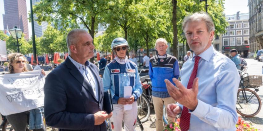 CDA-kamerlid Maurits von Martels in gesprek met voorzitter Paul Mulder van de Stichting Nederlandse Draf- en Rensport.