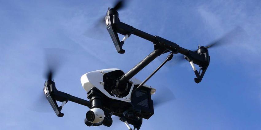 drone-blauwe-lucht