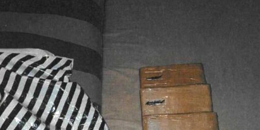 Vondst pakketjes op balkon leidt tot 17,5 kilo cocaïne en vuurwapen