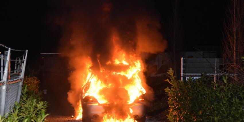 Auto in brand na avondje biljarten