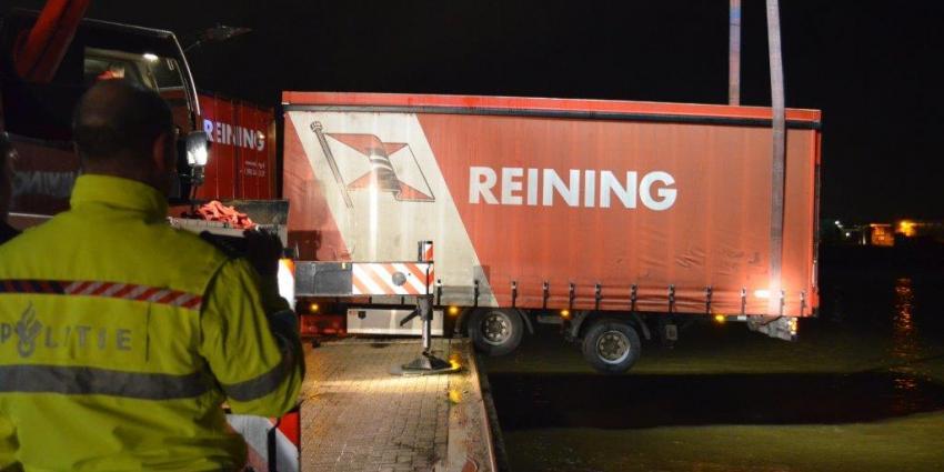 Vrachtwagenchauffeur bijna met combinatie in het A.G. Wildervanckkanaal