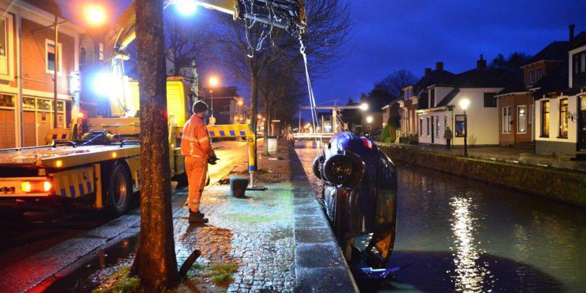 Takelbedrijf haalt auto uit water