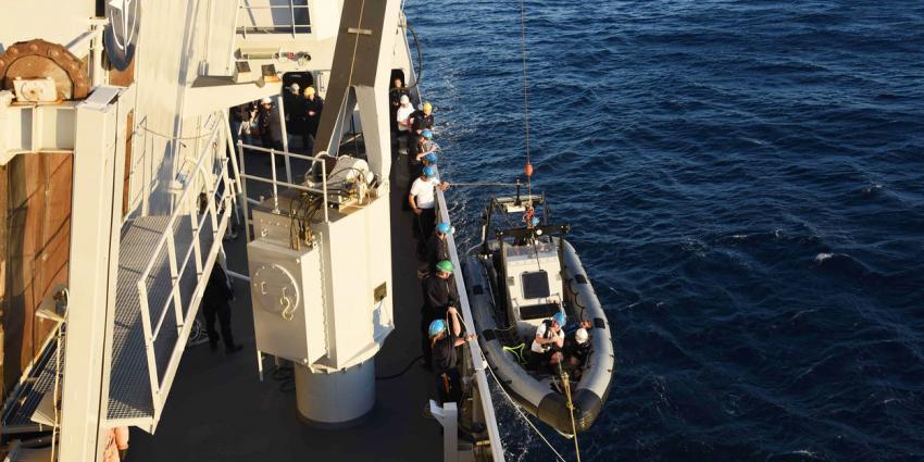 Marinefregat De Ruyter redt zwemmende drenkelingen