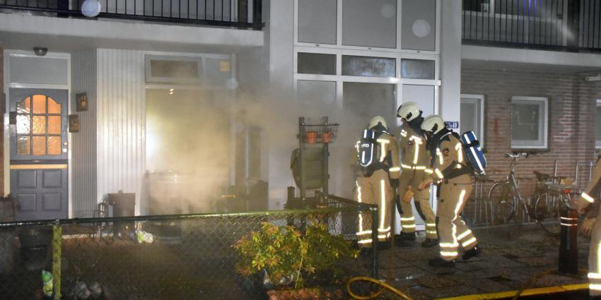 Brandweer bezig met blussen kelderbox brand