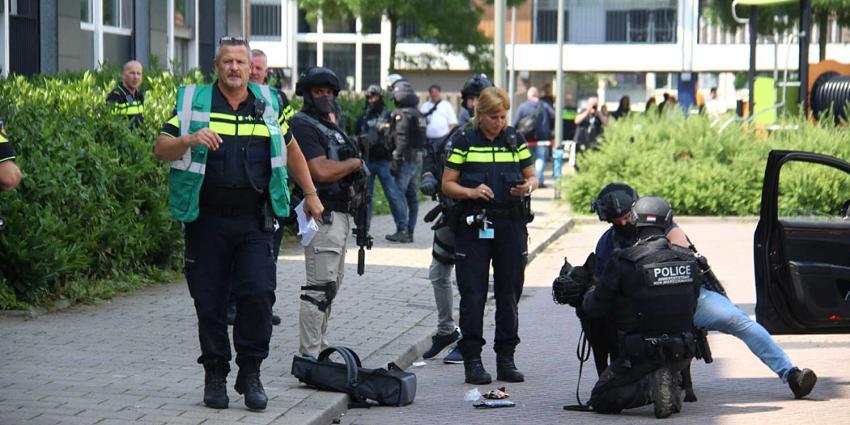 Arrestatieteam schiet verdachte met bijl neer na bedreiging