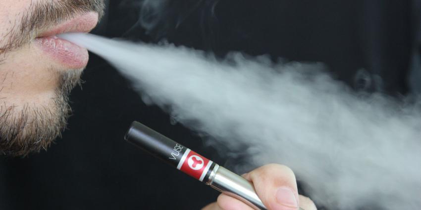 Man rookt e-sigaret
