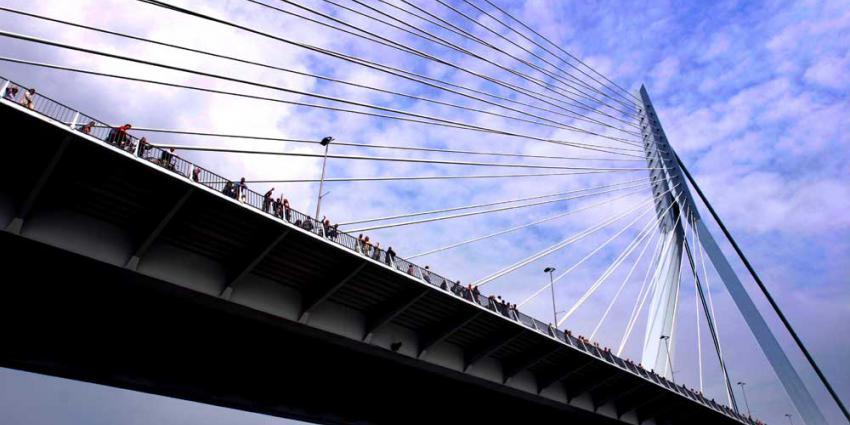 Politie stopt Tour-karavaan op Erasmusbrug voor verkeerscontrole