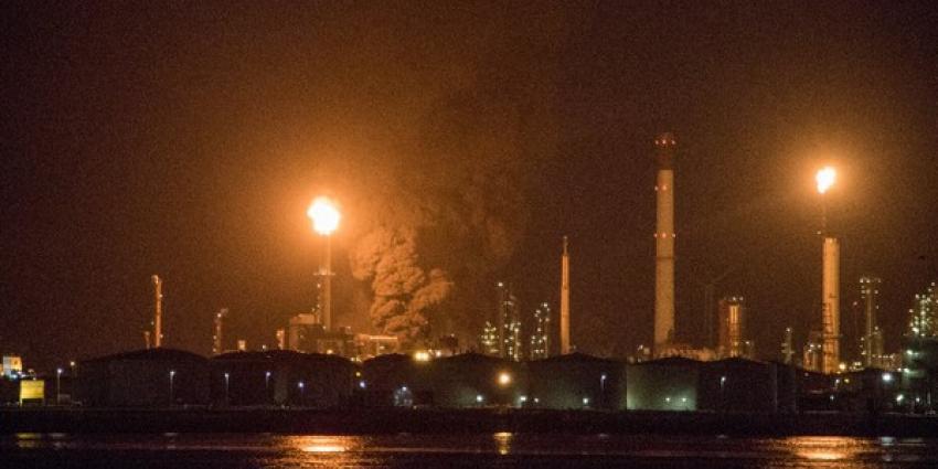Zeer grote brand bij Esso raffinaderij in Rotterdam