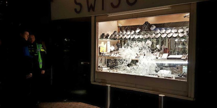 Overvallers slopen etalageruit juwelier Kinkerstraat en nemen sieraden mee