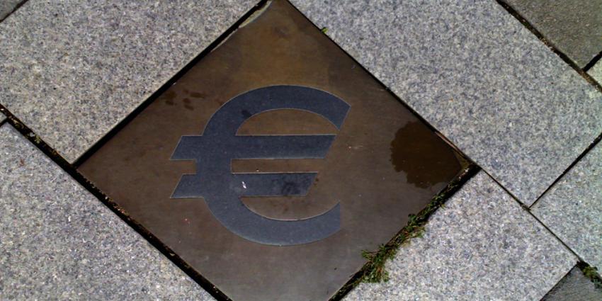 Foto van euroteken op tegel | Archief EHF