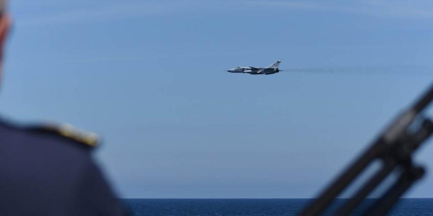 Russische gevechtsvliegtuigen scheren langs Nederlands fregat