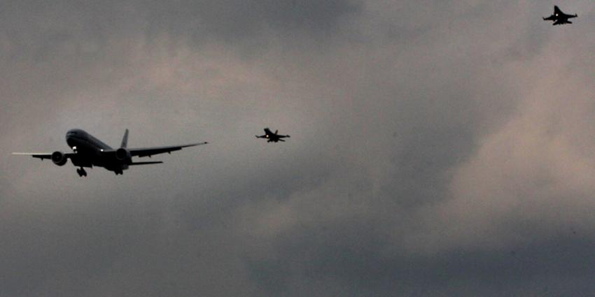 Foto van twee F16's die vliegtuig onderscheppen | Archief EHF