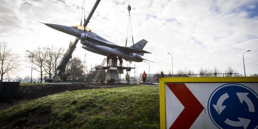 F-16 belandt op rotonde