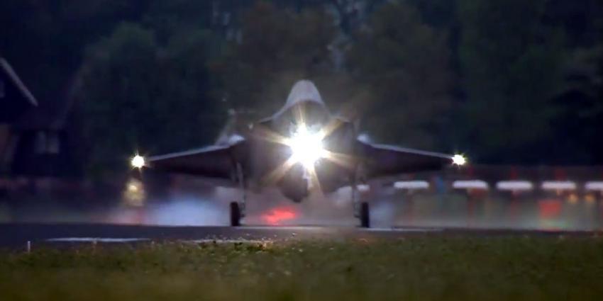 F-35 maakt rondvlucht boven Nederland