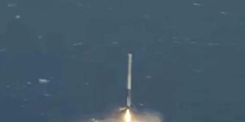 Falcon 9 raket weet succesvol op drijvend platform in zee te landen