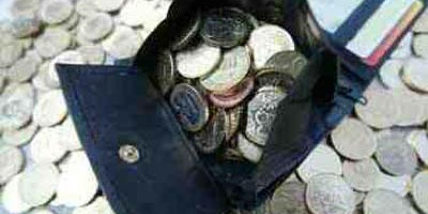 Senior gebruikt contant geld voor kleine uitgaven