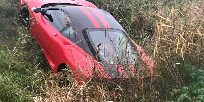 Dure Ferrari raakt in de sloot