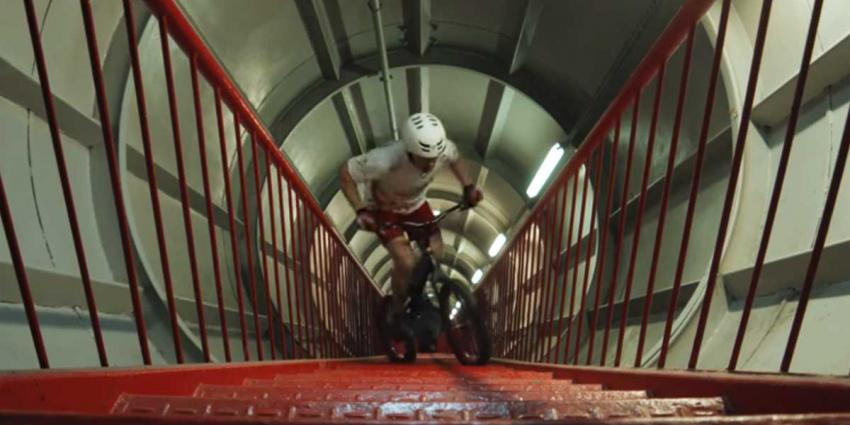 Pool beklimt met fiets alle trappen van het Atomium