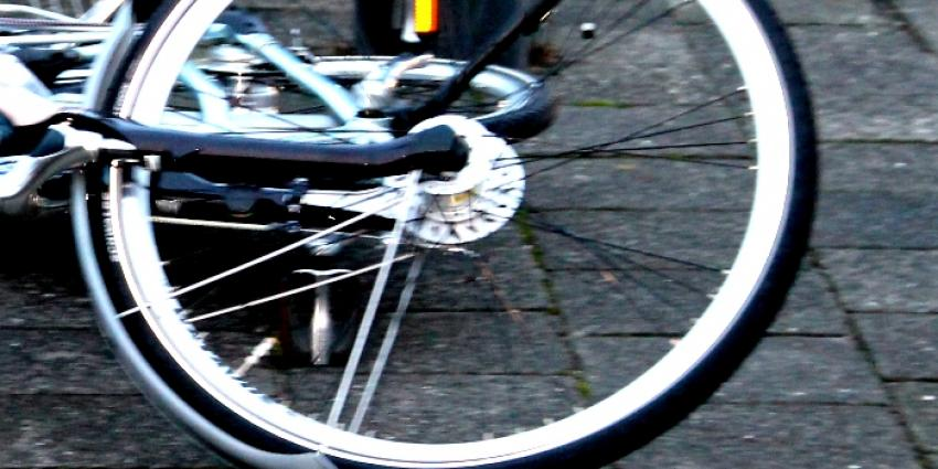 Bejaarde fietsster geschept door auto