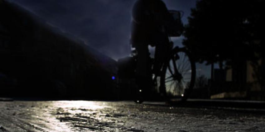 Foto van vrouw op fiets in donker   Archief EHF
