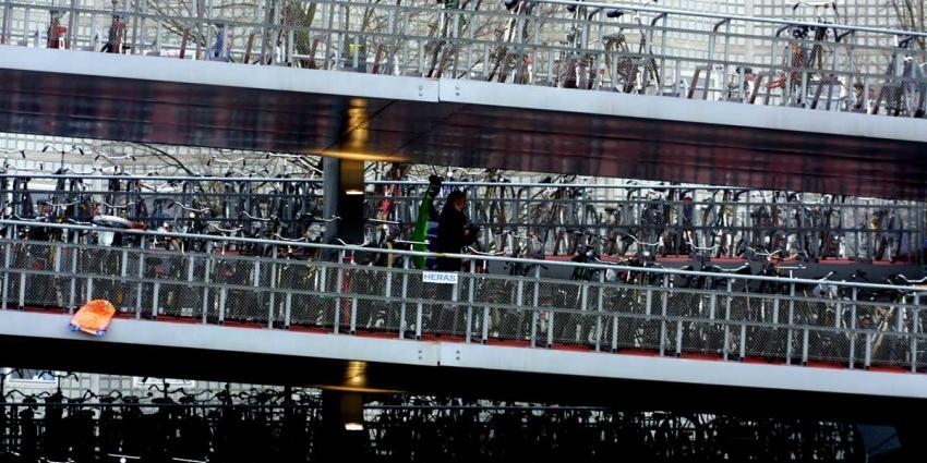 Omstander redt 86-jarige man uit water Amsterdam CS