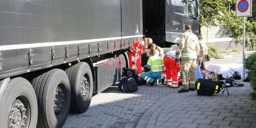 Fietser onder vrachtwagen in Rotterdam