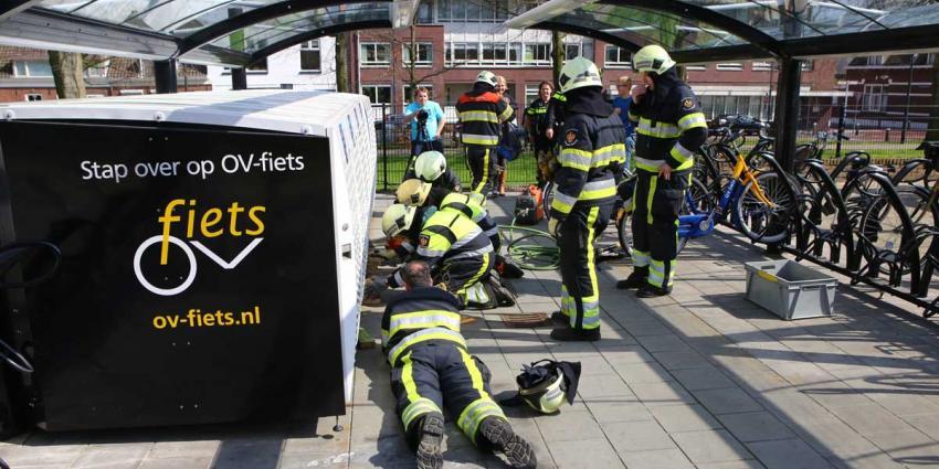 Kind door brandweer bevrijdt uit fietskluis NS-Station Vught