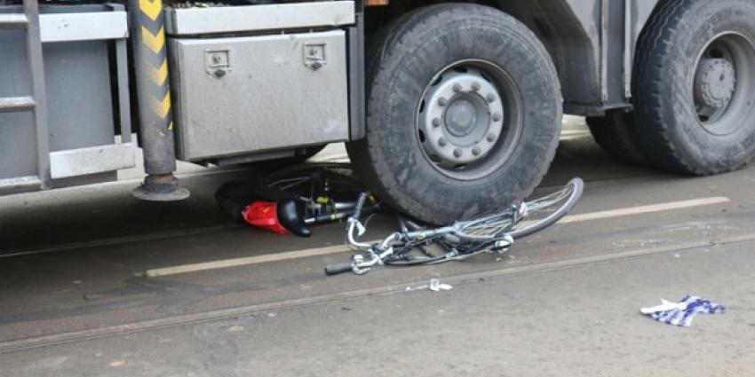 Fietsster onder vrachtwagen na aanrijding