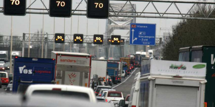 Ruim 700 bekeuringen uitgedeeld vanuit touringcar voor gebruik smartphone in het verkeer