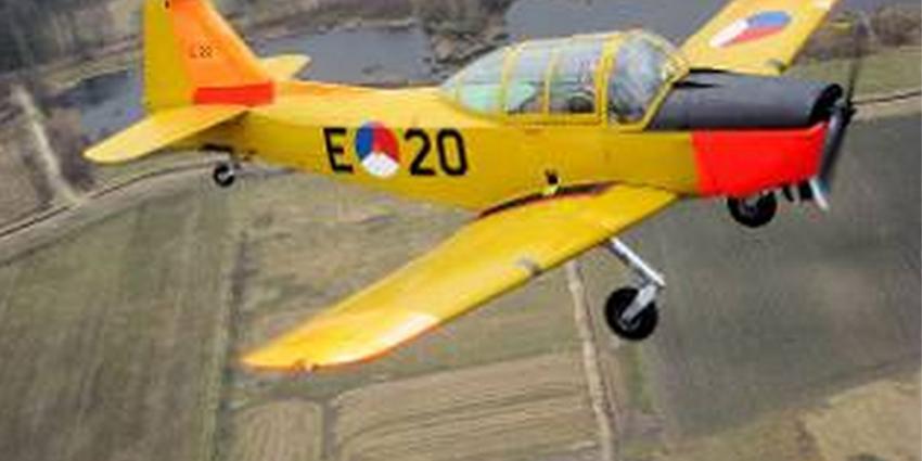 Historische Fokker S-11 tijdens landing door landingsgestel gezakt