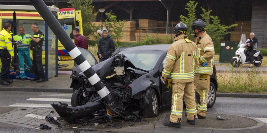 Auto knalt op paal, drie gewonden