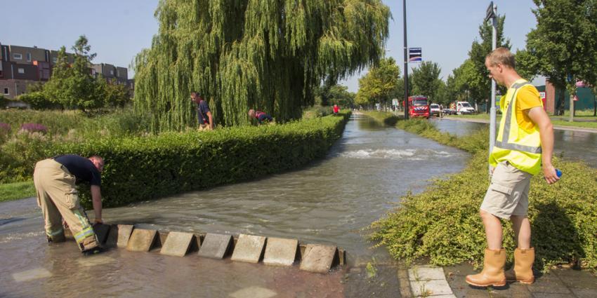 Wegen blank door gesprongen waterleiding
