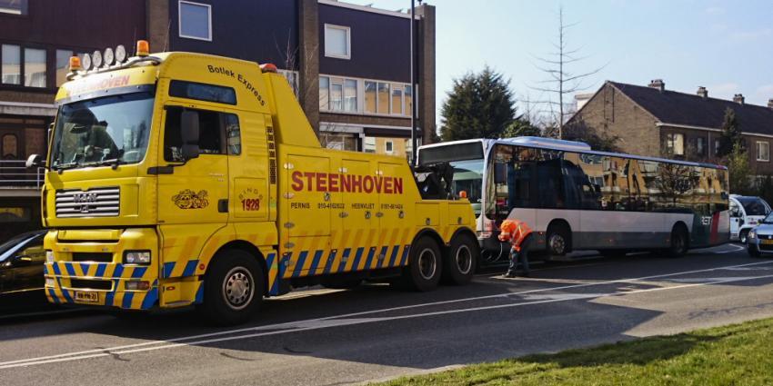 Groot oliespoor door lekkende RET bus