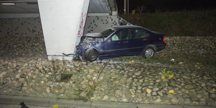 Automobilist botst tegen viaduct van A4